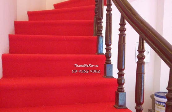 Thi công thảm cầu thang màu đỏ cho cơ sở làm đẹp SPa Hoàng Cầu